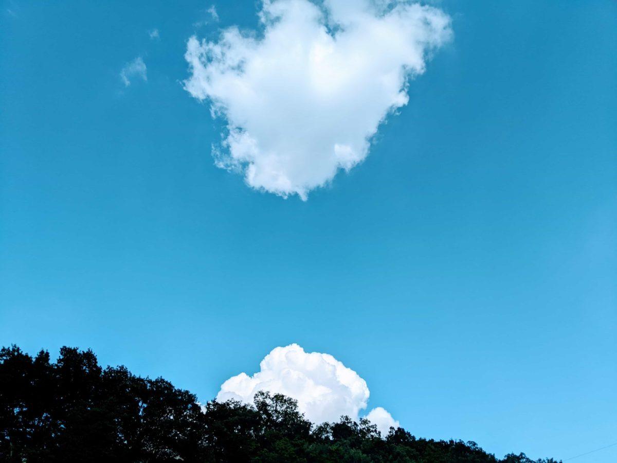 青空と雲の夏風景